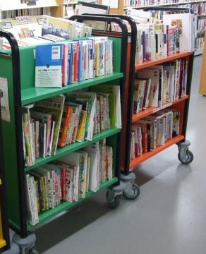 フロアに出ているブックトラック。返却されたばかりの本はここへ並びます。
