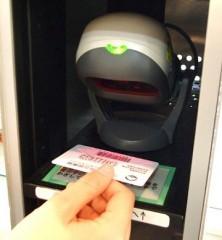 赤い光線が、利用券のバーコードへ当たるようにかざしてください