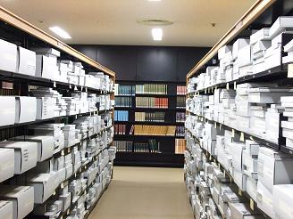 古文書は、劣化しないよう「秩(ちつ)」と呼ばれる中性紙の箱で保存しています。