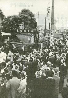 昭和60年のお木曳きのようす(『広報くわな』昭和60年7月1日号 より)                              現在は木曽からトラックで陸送される御用材ですが、昭和16年のお木曳きまでは舟で木曽川を流れ、桑名まで運ばれていました。