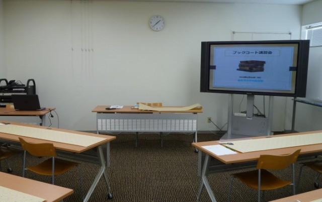 机に置かれた長いシートがコーティング用フィルムです。